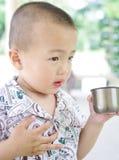 Un bambino è acqua potabile Fotografia Stock Libera da Diritti