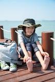 Un bambino accanto al lago fotografia stock libera da diritti