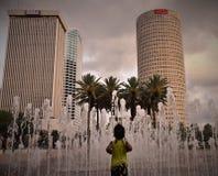 Un bambino afroamericano sta correndo verso le fontane fotografia stock libera da diritti