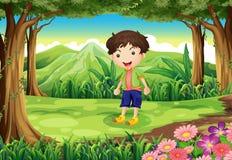 Un bambino allegro alla foresta Fotografie Stock Libere da Diritti