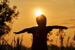 Un bambino asiatico che gioca nel campo, si sente libero e vuole volare per libertà Fotografie Stock