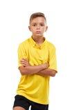 Un bambino bello che porta un'uniforme di calcio, isolata su un fondo bianco Calcio, attività e concetto sano immagine stock