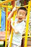 Un bambino che arrampica una ginnastica della giungla. Immagini Stock Libere da Diritti