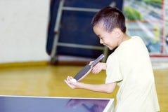 Un bambino che gioca ping-pong Fotografia Stock Libera da Diritti