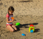 Un bambino che gioca su una spiaggia in Isole Sopravento meridionali Fotografie Stock