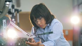 Un bambino che lavora con l'apparecchio per saldare, fine su archivi video