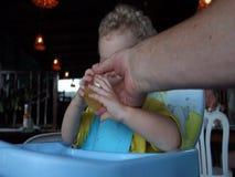 Un bambino che mangia cena ad un ristorante stock footage