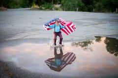 Un bambino che mostra gioia di essere un americano Fotografia Stock