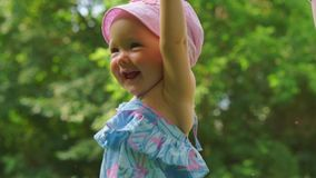 Un bambino che ride contro lo sfondo degli alberi verdi video d archivio
