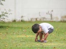 Un bambino che si siede sull'aria Immagini Stock