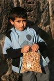 Un bambino che tiene le sue arachidi Fotografia Stock Libera da Diritti