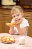 Un bambino con i pancake Fotografia Stock
