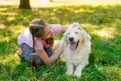 Un bambino con il suo animale domestico immagine stock