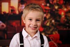 Un bambino con l'albero di Natale e dei regali di Natale immagini stock libere da diritti