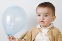 Un bambino con un aerostato. Immagine Stock Libera da Diritti