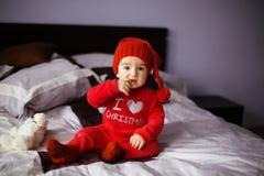 Un bambino in un costume di Natale di gnomo fotografie stock