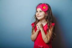 Un bambino dai capelli di aspetto europeo della ragazza di sette dentro Fotografia Stock