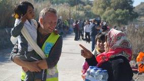 Un bambino del rifugiato con un volontario emozioni Fotografie Stock