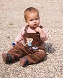 un bambino di 1 anno che si siede sul ciottolo Fotografie Stock