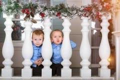 Un bambino di due ragazzi che gioca sul portico fotografia stock