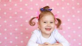 Un bambino felice sorride, ride e acconsente, dice sì video d archivio