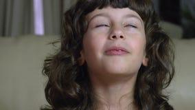 Un bambino femminile grazioso che dice un ritratto FDV di storia divertente archivi video
