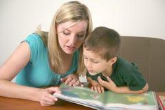 Un bambino in giovane età che legge un libro Fotografia Stock Libera da Diritti