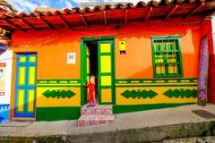 Un bambino locale davanti alla sua casa in Guatapé Fotografia Stock