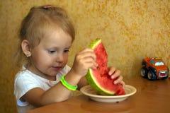 Un bambino mangia l'anguria Fotografia Stock Libera da Diritti