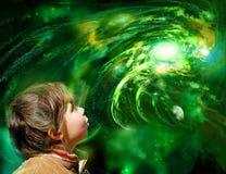 Un bambino osserva la galassia fotografie stock libere da diritti