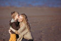 Un bambino piccolo sta baciando la sua mummia Fotografia Stock