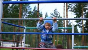 Un bambino scala le scale stock footage