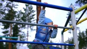 Un bambino scala le scale archivi video