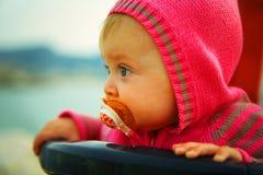 Un bambino serio di 6 mesi che esaminano la distanza fotografia stock libera da diritti
