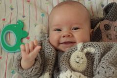 Un bambino sorridente di 3 mesi fotografia stock libera da diritti