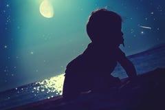 Un bambino sotto le stelle Fotografie Stock Libere da Diritti