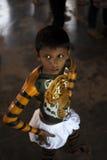 Un bambino sta preparandosi per il thrissur di Pulikali suo la parata in collaborazione con la celebrazione del onam fotografia stock libera da diritti