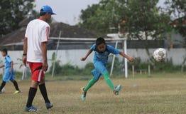 Un bambino stava praticando il calcio Fotografia Stock