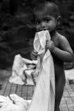 Un bambino sul sentiero per pedoni Fotografia Stock