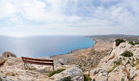 Un banc avec la vue de mer Photos stock