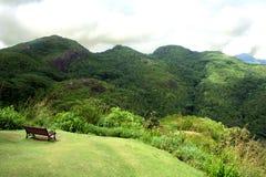 Un banc dans la montagne Images libres de droits