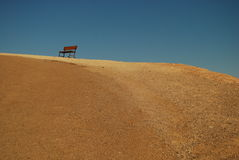 Un banc dans le désert de Death Valley. image stock