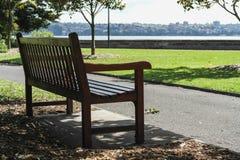 Un banc de parc isolé en parc de port de Sydney photo stock