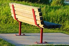 Un banc de parc sur un radier de béton Photos libres de droits