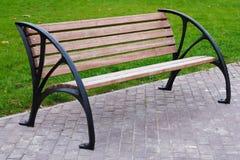 Un banc en bois dans l'espace vert vert photo libre de droits
