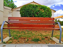Un banc en bois dans une rue de ville photo stock