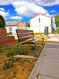 Un banc en bois dans une rue de ville image stock
