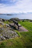 Un banc par l'océan Images libres de droits