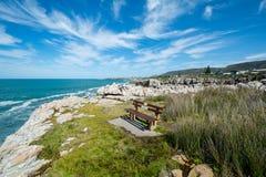 Un banc pour des observateurs de baleine chez Hermanus, Afrique du Sud photographie stock libre de droits