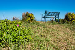 Un banc sur le rivage de la mer baltique images stock